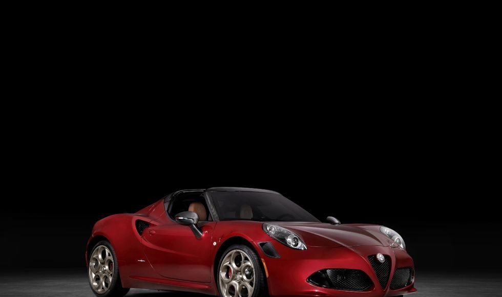 Alfa Romeo 4C Spider leaves with tribute