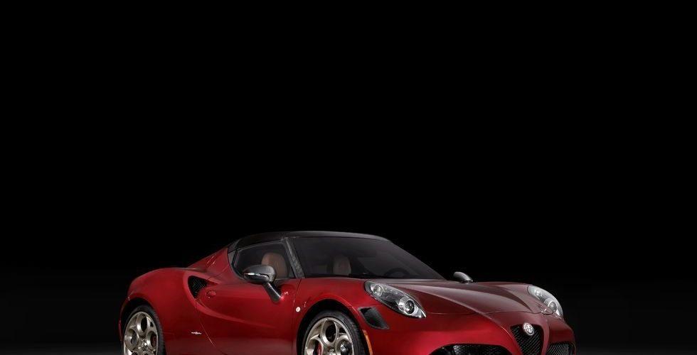 Alfa Romeo 4C Spider leaves with tribute